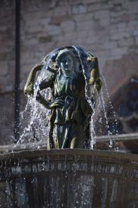 Auf dem Brunnen vor der Kathedrale steht diese Figur